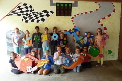 Die Kinder mit ihrem Kunstwerk bei der CLK-Ferienpassaktion 2015