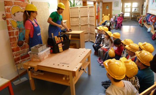 Harry Hammer und Nicki Nagel erklären den Kindern des Karlskroner Kindergartens die neue Werkbank