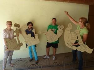 Bei der Vorbereitung: Die CLK-Helfer mit den ausgeschnittenen Holzfiguren