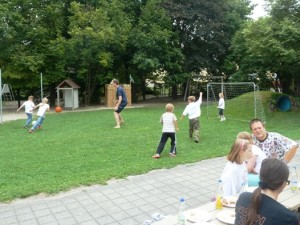 In der Mittagspause toben sich die Kinder beim Fußball aus.
