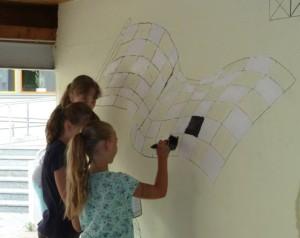 Auch an der Wand der Radlhalle pinseln die kleinen Künstler fleißig.