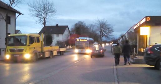 Morgendlicher Verkehr an der Hauptstraße in Karlskron vor der Kindertagesstätte