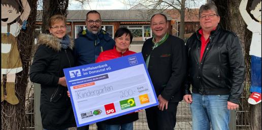 Die Vertreter der beteiligten Parteien überreichen einen Spendenscheck über 200 Euro (v. l.): Christa Froschmeir (CLK), Thomas Krammer (SPD), Kindergartenleiterin Karin Heise, Martin Wendl (Grüne) und Kurt Bachhuber (Freie Wähler).