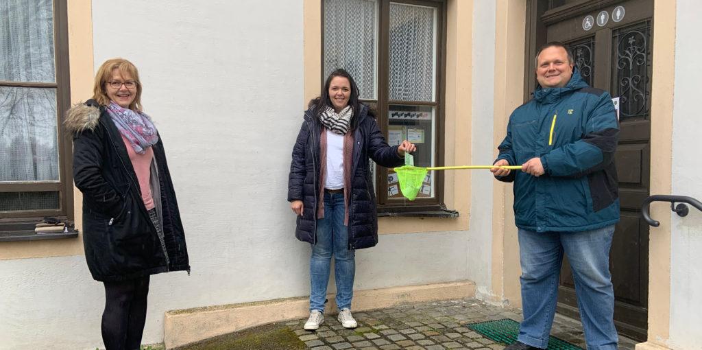 Christine Froschmeir (l.) und Gerhard Hagl (r.) bei der Spendenübergabe an Zwergerlpark-Vorständin Martina Bauer vor dem Haus der Vereine in Karlskron.