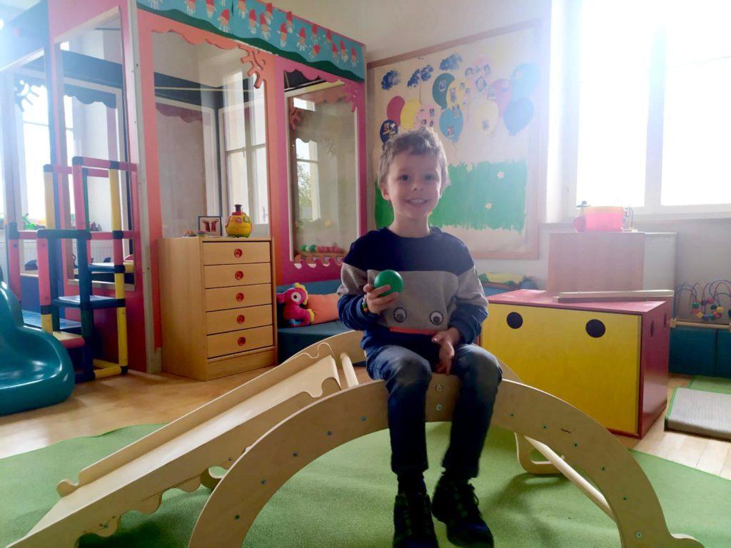 Im Zwergerlpark freuen sich die Kleinen über das von der Spende der Compakt - Liste Karlskron (CLK) angeschaffte Spielgerät.